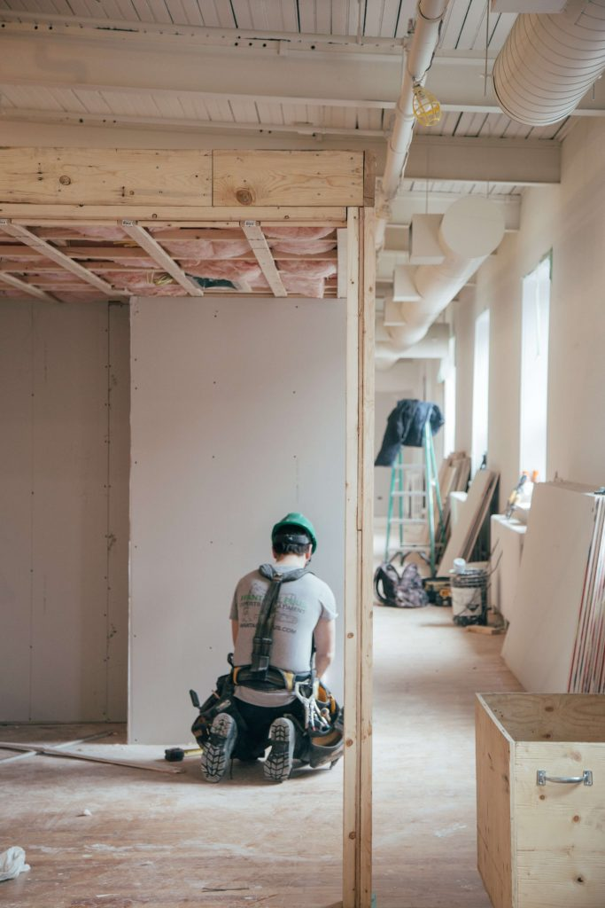 Man die aan het bouwen is